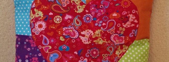 Farebný patchworkový vankúš so srdiečkom