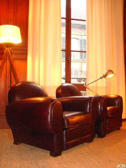 """Paire de fauteuils club, """"OXFORD"""", vers 1930, généreux, dossier rond, tapisserie et cuir neuf, coloris: chocolat."""