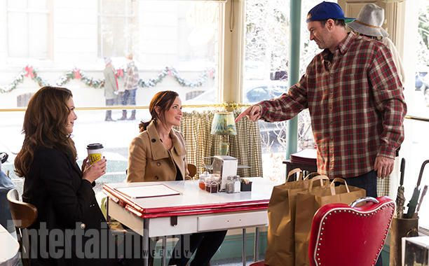 Amy Sherman-Palladino & Daniel Palladino to unveil exclusive first look of the #GilmoreGirls revival at #EWPopFest!