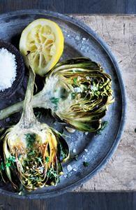 Friterede artiskokker med store saltkorn og citronskiver