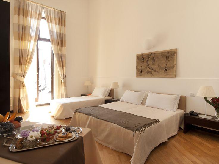 La struttura ospita 22 camere, dotate di ogni comfort e dallo stile ricercato, tra cui 3 incantevoli junior suites con affaccio sulla piazza centro della vita cittadina