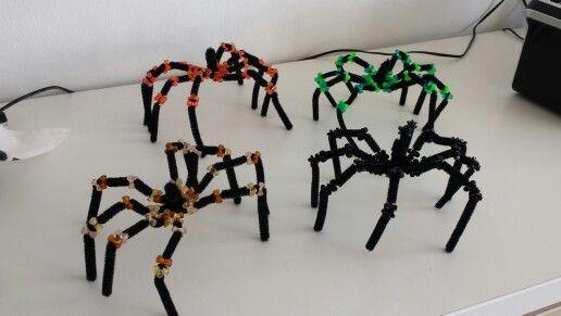 Edderkopper af piberensere og perler