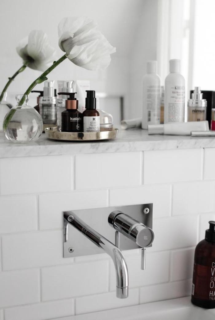 robinet mural dco avec fleurs blanches dans une salle de bains blanche - Meuble Salle De Bain Robinet Mural
