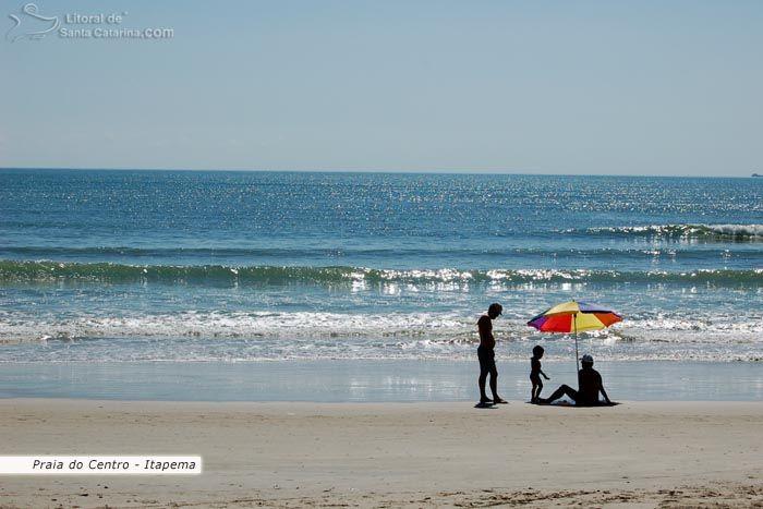 Família aproveitando um lindo dia de sol na praia de itapema.