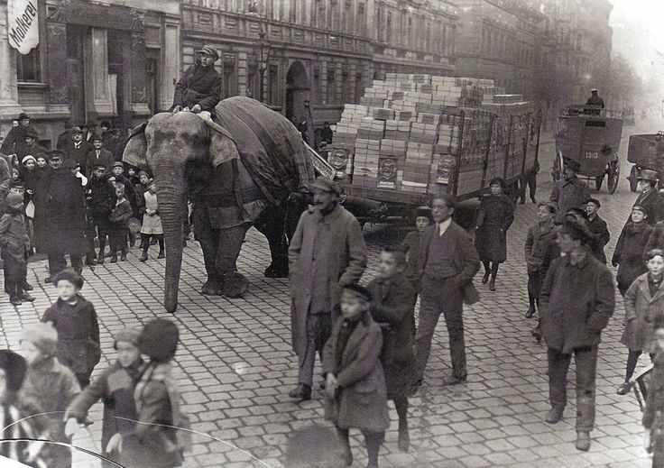 Willy Römer, Güterverkehr 1919 Berlin. Zirkuselefanten müssen mangels Benzin aushelfen.