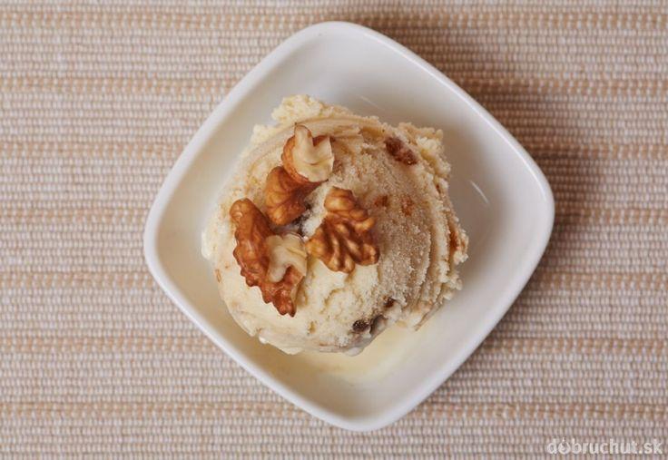 Orechová zmrzlina so sladkou smotanou