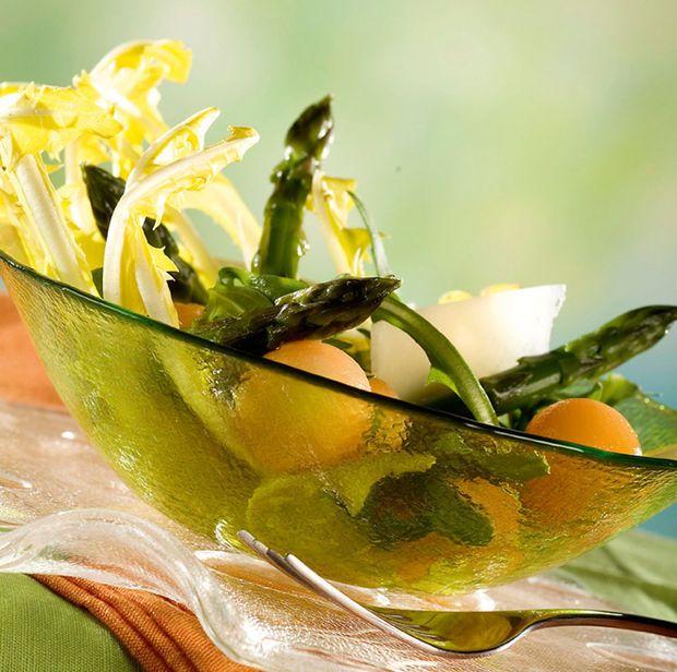Salade van groene asperges, molsla en meloen met parmezaan