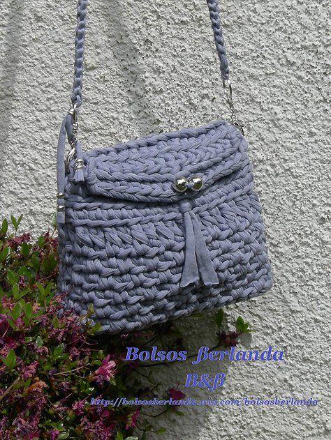 L01. Bolso color Lila para llevar colgado del hombro o a modo de bandolera. Está forrado con dos bolsillos interiores. El cierre es con botón.