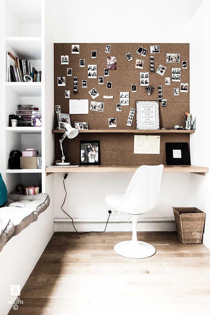 Moodboard en plaques de liège au-dessus de la planche bureau ...