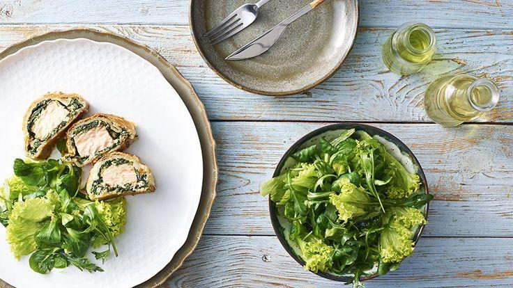 Lososa můžete připravit na několik způsobů. Vyzkoušejte recept Marcela Ihnačáka na lososa v listovém těstě. Najdete ho na stránkách kuchynelidlu.cz.