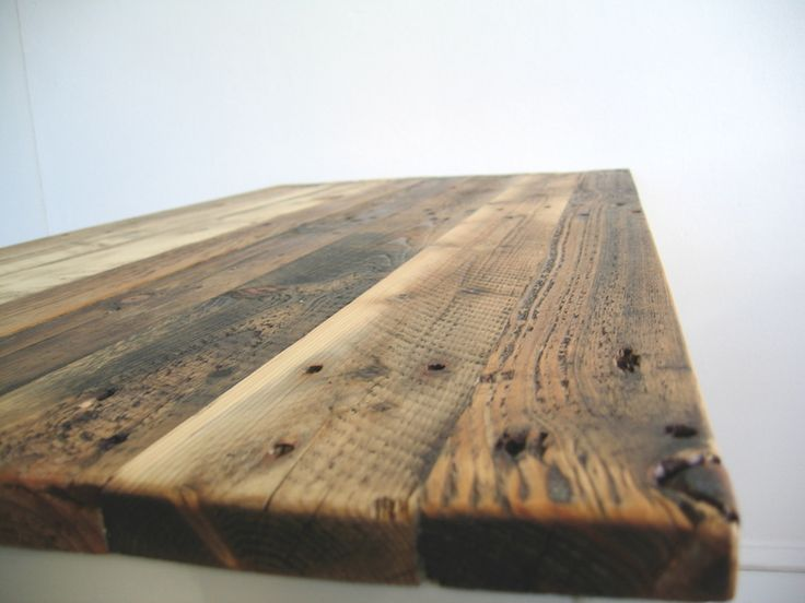 Dieser Tisch ist aus einem Metallgestell von einem ehemaligen Tisch einer Behörde und altem abgeschliffenen Palettenholz gefertigt worden. Das Holz is