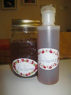 Come fare lo shampoo e il balsamo in casa in 10 minuti (VIDEO)Prendere 2 cucchiai di semi di lino (si trovano in erboristeria o nei negozi bio) metterli a bollire in 2 bicchieri di acqua fino a che non diventano gelatinosi. Questo balsamo è ottimo perchè idrata e lucida il capello.