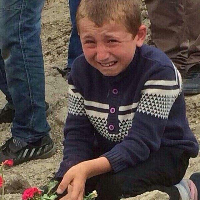 """""""somalı çocuk kömür torbasına sarılıp babam gibi kokuyor diyor. tanrı olsam her gün ağlardım."""""""