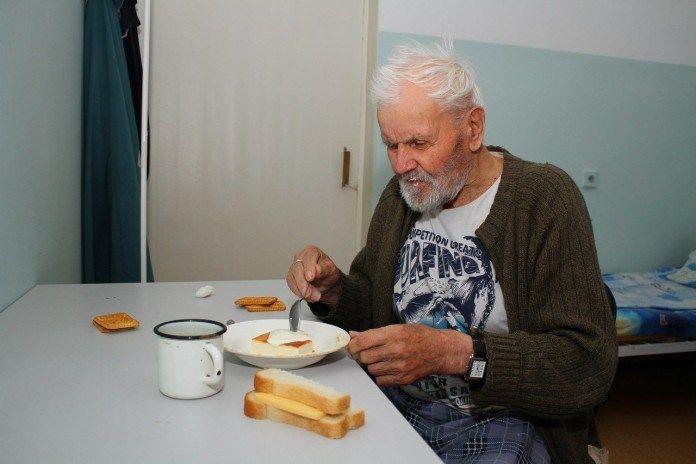 Этот старик умер в доме престарелых. Все считали, что он ушел из жизни, не оставив в ней никакого ценного следа. Позже, когда медсестры разбирали его скудные пожитки, они...