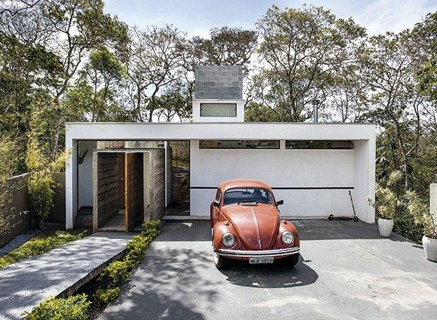 Sem adereços desnecessários e com materiais em sua forma mais bruta, a casa do arquiteto Arthur Pugliese, em Mogi das Cruzes, é a prova de que é possível viver bem na simplicidade