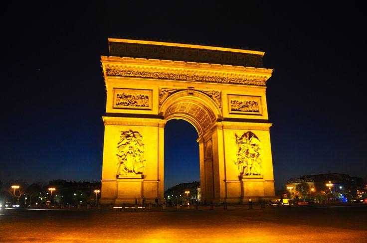 Arco do Triunfo - O charme noturno de Paris.