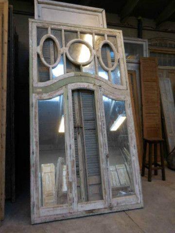 Antieke ramen in kozijn met spiegels