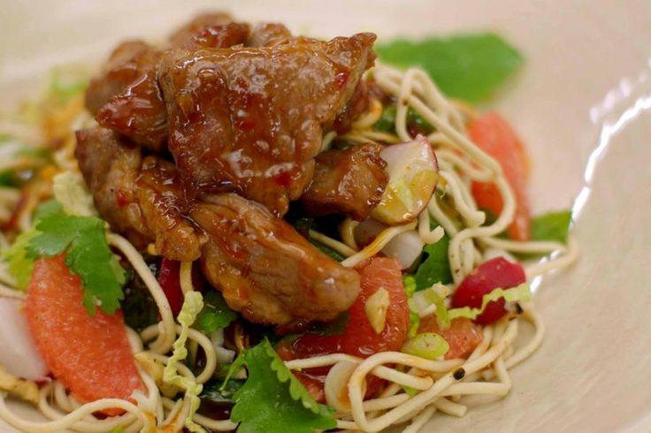 Een minder prijzig maar uiterst smakelijk stuk varkensvlees verdwijnt in een hete wok, samen met een simpele Oosterse saus die zoet, zuur, zout en pittig combineert. Het gebakken vlees legt Jeroen bovenop een salade van mie - de Aziatische tarwenoedels die je gaart in een bad heet water - met groenten, verse kruiden, pompelmoes en geroosterde nootjes. Klinkt ingewikkeld? Dat is allesbehalve het geval, want in geen tijd staat dit gerecht voor je neus.