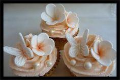 Para você noiva romantica olha as nossas dicas de decoração com perólas. Arranjo de flores com perolas brancas e na cor da flor. Detalhe de pérolas nos doces. Se você é aquela noiva que gostar…