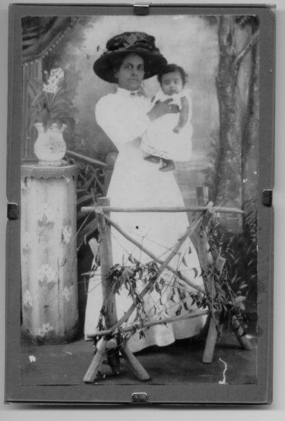 Oma, with her mother, ca. 1911 - blog Sonja Boon over Hindoestaanse immigranten in Suriname