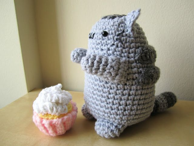 Pushee fat cat pattern + mini cupcake: http ...