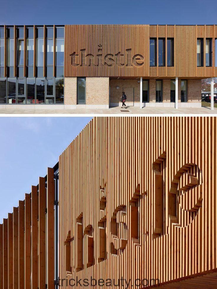 Dieses Bürogebäude hat sein Logo in das Design des Holzes integriert.