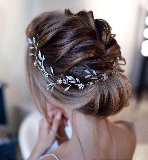 Coiffure Mariage Cheveux Mi Longs Un Chignon Orné Dun