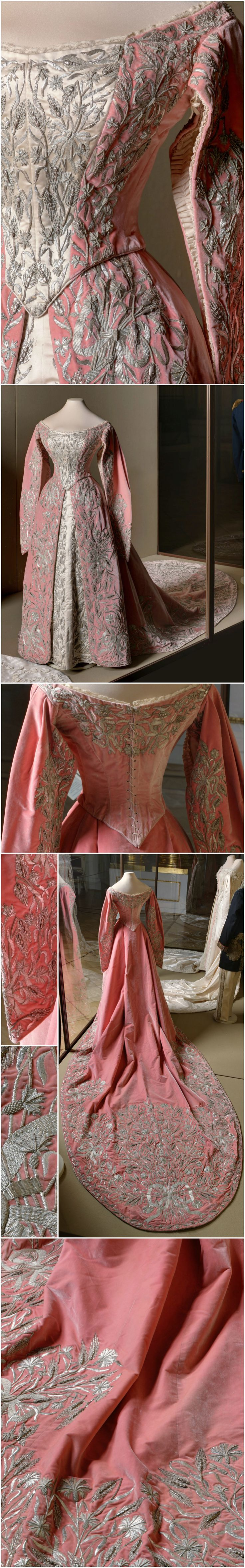 Ceremonial court dress, Ivanov workshop, St. Petersburg, Russia, late 19th to early 20th centuries. State Hermitage Museum, via Ghosts of Imperial Russia's Tumblr. CLICK FOR VERY LARGE, HI-RES IMAGES.