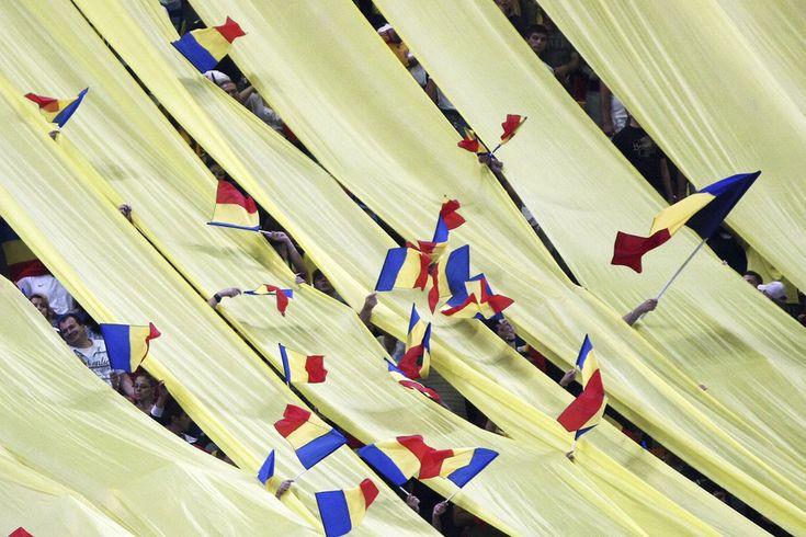 Suporterii naţionalei de fotbal a României flutură steguleţe, în timpul meciului cu reprezentativa Andorrei, contând pentru preliminariile Campionatului Mondial 2014, disputat în Bucureşti, marţi, 11 septembrie 2012. (  Alexandru Dobre / Mediafax Foto  ) - See more at: http://zoom.mediafax.ro/sport/rio-2014-un-vis-frumos-11707407#sthash.PZo2PALq.dpuf