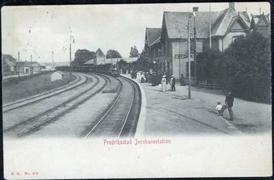 FREDRIKSSTAD Jernbanestation med tog og folk (NK 479