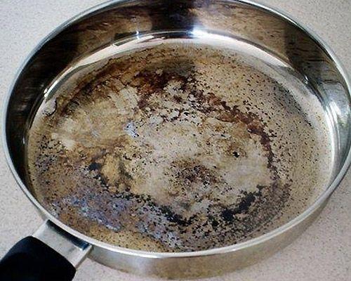 Nettoyer facilement une poêle brulée Une méthode simple, rapide et efficace pour nettoyer une poêle brûlée : saupoudrer un peu de bicarbonate de soude dans la poêle, verser de l'eau, puis porter à ébullition.