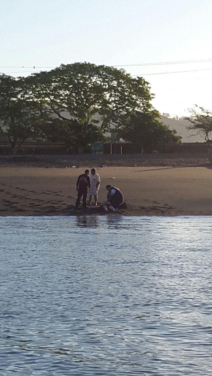Oficial de Guardacostas salvó a turista de ahogarse en Caldera