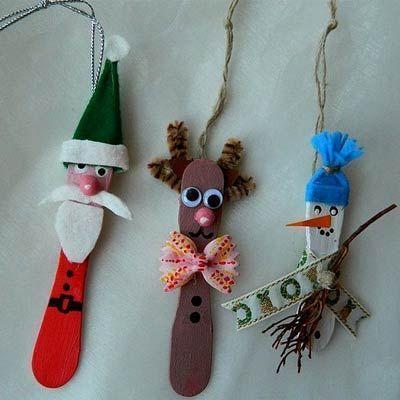 Eisstiele als Weihnachtsdeko  Ausgediente Eisstiele machen sich toll als Deko fürs Weihnachtsgesteck oder sogar den Weihnachtsbaum. Einfach mit Bastelfarbe bemalen und mit Stoffresten, alten Knöpfen, Geschenkband und vielem mehr in süße weihnachtliche Figuren verwandeln. Tolle Bastelidee für Kinder!