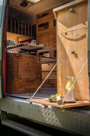 LIFEforFIVE-Wohnmobil-Ausbau-Ausklappbarer Holztisch am Küchenelement des Campers.
