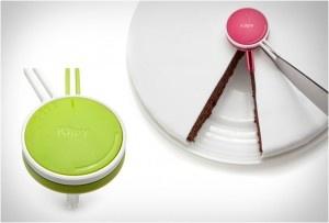 Ένα μικρό και πρακτικό εργαλείο που θα σας επιτρέψει να προσφέρετε πιο όμορφα γλυκά στους επισκέπτες σας! Το Klipy είναι ένα εργαλείο κοπής που σας επιτρέπει να κόψετε ομοιόμορφα και αρμονικά κομμάτια από το κέικ ή το γλυκό στο σπίτι σας!