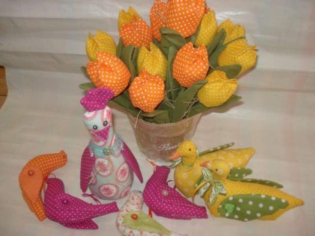 Ušite si veľkonočné dekorácie, toto je parádna inšpirácia. Autorka: mamka Danka. Veľká noc, šitie, šité kvety, kvety z látky, textil, vtáky, vtáčiky. Artmama.sk