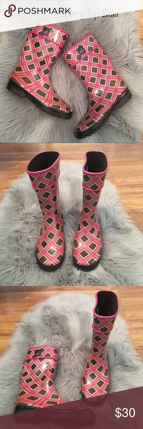 🚨FLASH SALE🚨 Sperry Top-Sider Rain Boots⛵️ I'm super great condition with absolutely no flaws sperry rain boots. They are very cozy from the inside. Originally they are size 5 but fits perfect on a size 7. Sperry Top-Sider Shoes Winter & Rain Boots