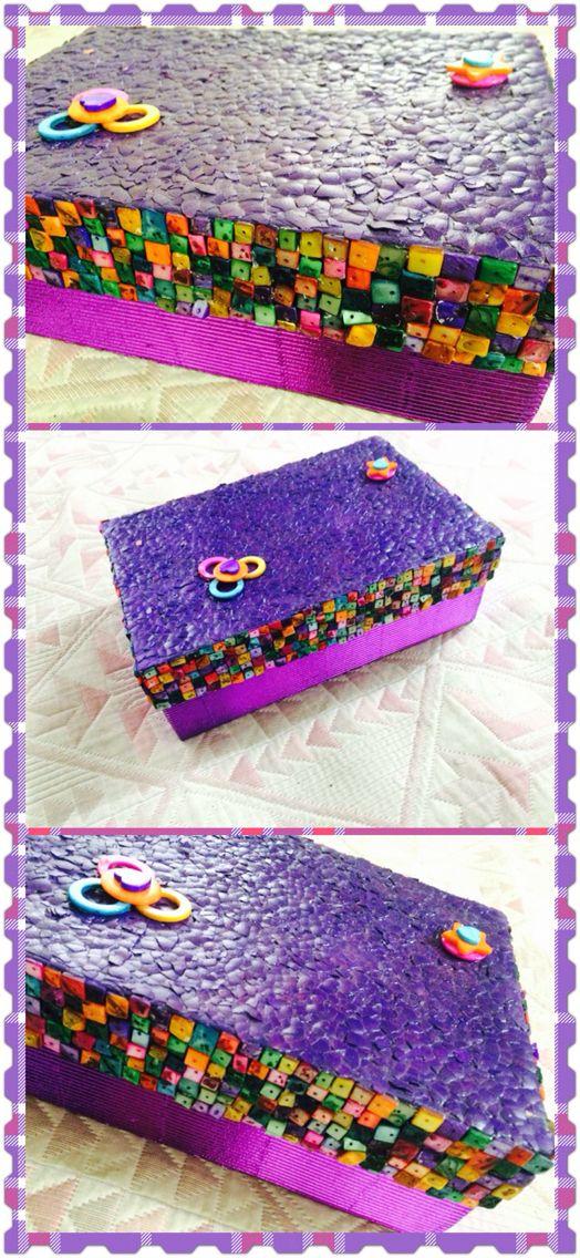 Caja de zapatos decorada con cascara de huevo y piedra for Cajas de carton decoradas
