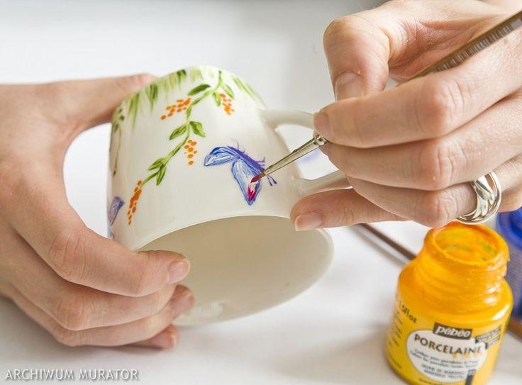 Dekoracje kubka, talerza czy filiżanki - wykonane własnoręcznie - są efektowne i przede wszystkim niepowtarzalne. Dlatego na ploteczki z przyjaciółką oprócz ciastek przygotujmy pędzle i farby. Następnym razem kawę zaparzymy we własnoręcznie pomalowanych filiżankach.