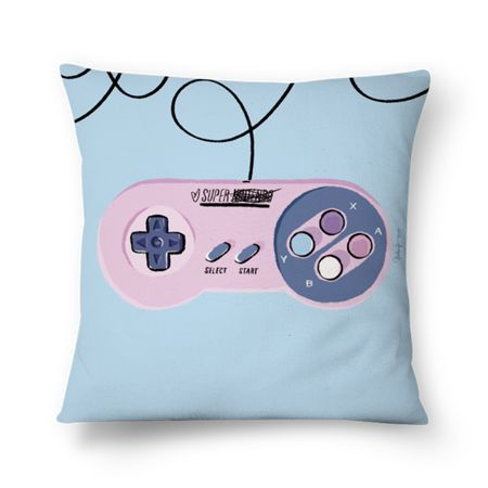 Capa de Almofada Super Nintendo de @prosadecora estampada digitalmente dos dois lados com cores vibrantes em alta qualidade. Com zíper invisível em um tecido macio e anti-alérgico, está disponível em dois tamanhos.