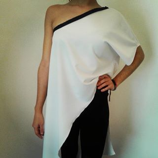 Black and white! Long one shoulder tunique, fits all shapes and adds style points!  Size one  #twistandchic #springsummer2017 #tunique