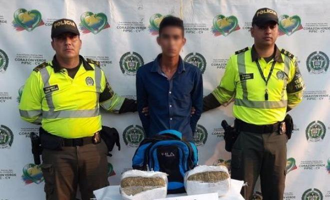 sorprendimos un hombre con 10 kilos de marihuana - Categoria: Actualidad  ND: Esta persona era el transporte de la sustancia en un servicio pAblico de autobuses. En cumplimiento con el programa Nacional de Ofensiva contra el Crimen ordenado por el Presidente de la RepAblica y la DirecciAn General de la PolicAa Nacional de todos los Colombianos, la PolicAa Metropolitana de Santa Marta, a travAs de uniformados adjunta para el TrAfico y Transporte de la SecciAn y gracias a los controles que se…
