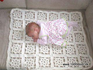 Babytæppe eller barnevognstæppe - kært barn har mange navne eller måske handler det om hvordan det anvendes. Der er anvendt 6 nøgler woll-cotton garn fra Rowan, og hæklenål nr. 4. Gratis Hækleopskrift: Der hækles 5 x 6 lapper, der til sidst hækles sammen (man kan også sy dem sammen), og der afsluttes med en række musetakker som afslutningskant (en musetak også kaldes en picokant, der hækles således: * 1 fm, 3 lm, 1 fm. (tilbage) i første lm, spring 2 lm* - gentag fra * til * hele vejen rundt…
