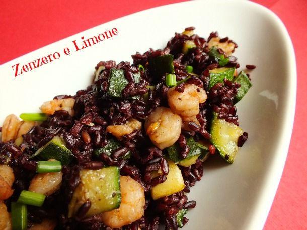 Il riso Venere è un riso insolito, esotico, perfetto per la preparazione di piatti a base di pesce e verdure. Qui è servito con zucchine e gamberetti