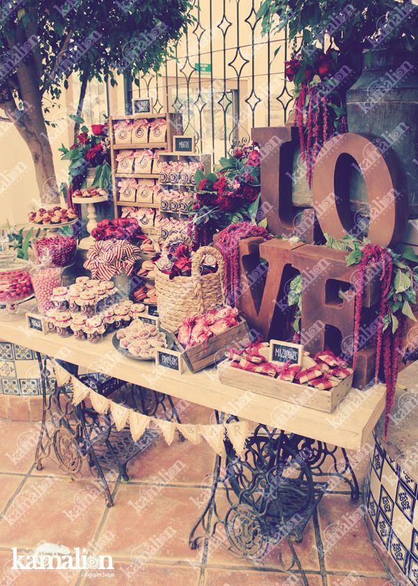 www.kamalion.com.mx - Mesa de Dulces / Candy Bar / Postres / Boda / Marsala / Vino / Rustic Decor / Dulces / Lecheros / LOVE / Vintage / Macaroons / Wedding / Sewing machine.