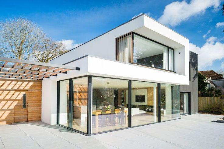 Esta casa moderna tiene grandes ventanas / puertas de cristal que se abren al patio trasero.