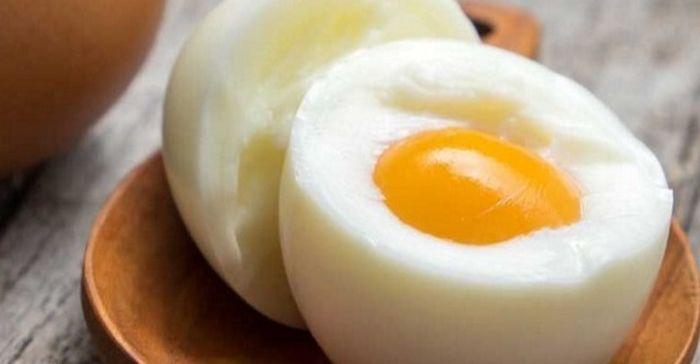 Los huevos, ya seas hervido, escalfado o revueltos, son una gran manera de empezar el día. Estos pequeños orbes son una gran fuente de proteínas y aminoácidos. De hecho, son uno de los pocos alimentos con proteínas completas, es decir, que contienen proporciones adecuadas de los nueve aminoác