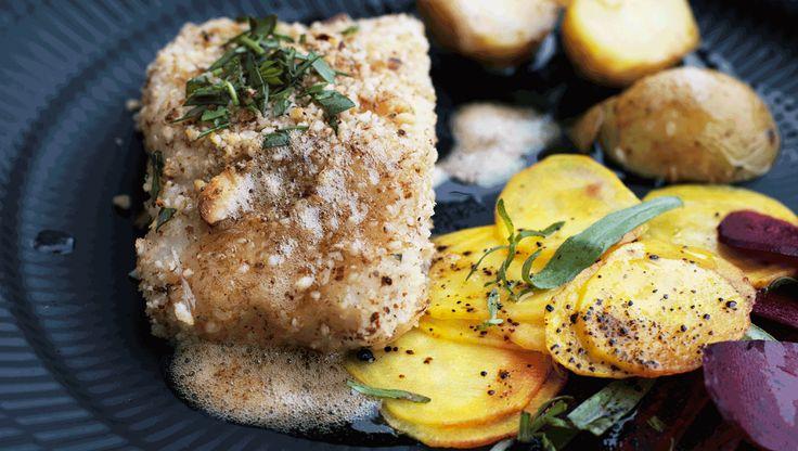 Hvid fisk med mandel-crumble og lakridsmarinerede rødbeder - retten her består af mange komponenter, men hver enkelt del er nem og hurtig at tilberede.
