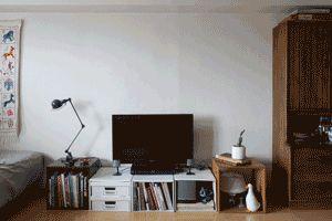 テレビ台後ろのポッカリと空いたスペースを有効活用。気兼ねなく壁や棚が作れます。