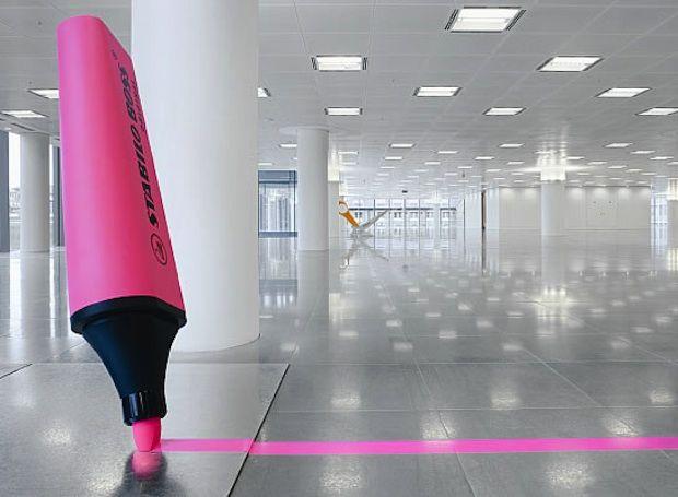 Grafik tasarım ofisi  Radford Wallis tarafından oluşturulan konsept ile büyük alana sahip satış ofisinde kırtasiye malzemelerini vurgulayarak önem işaret etmişlerdir.  forumcad.com
